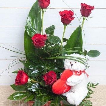composición rosas en cesta con muñeco hortiflor floristas 1-s