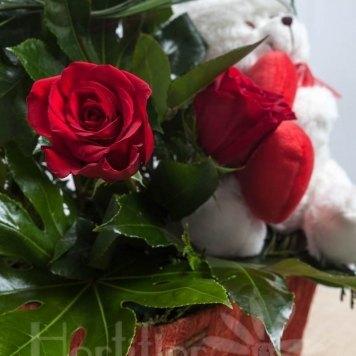 composición rosas en cesta con muñeco hortiflor floristas 3-s